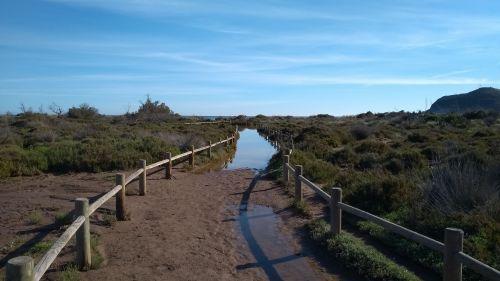 überfluteter Weg zum Strand