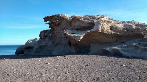 Steinformationen neben dem Strand
