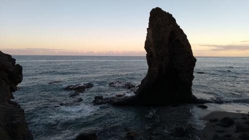 Blick auf die Felsen im Wasser